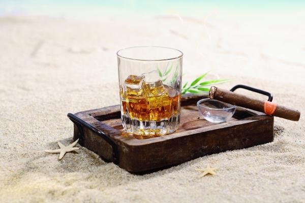 Un bicchiere di rum in paradiso