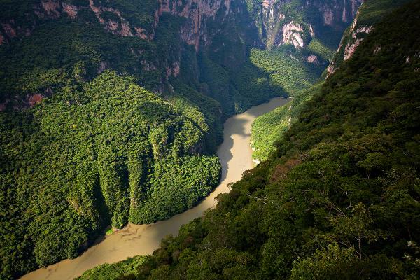 Fila lungo il canyon del Sumidero